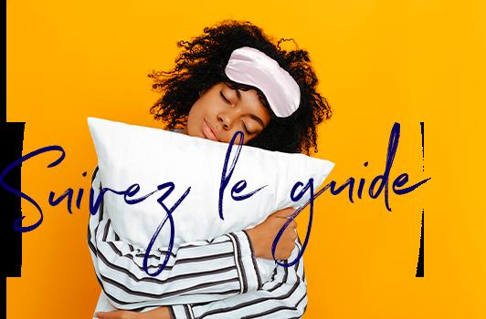 femme qui tient un oreiller