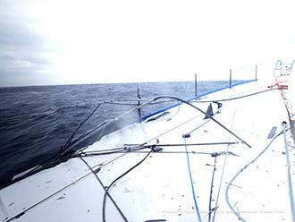 impact du mat brisé sur le pont du bateau