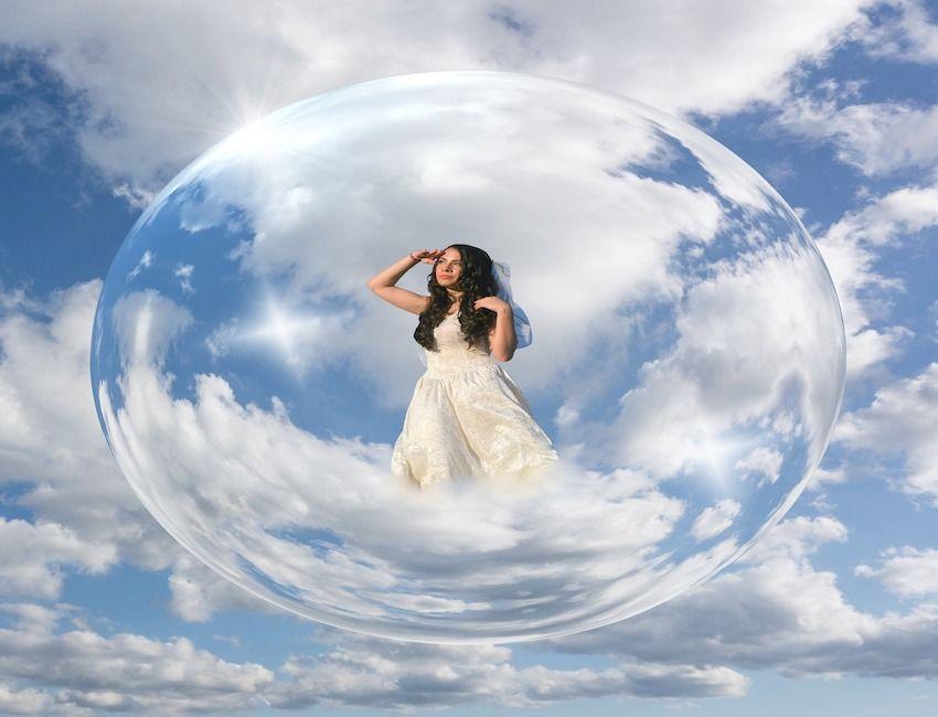 femme dans une bulle