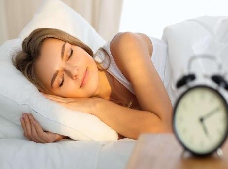 femme qui dort et son réveil