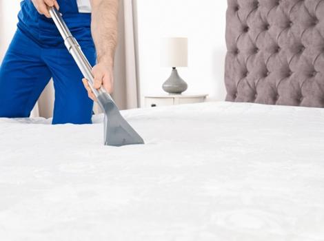 aspiration des acariens sur un lit